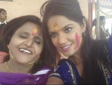 Neetu Chandra celebrates Holi 2014 with her mother Photos
