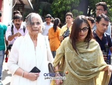 Salman Khan mother Sushila Charak and sister Alvira Agnihotri at actress Nanda funeral Photos