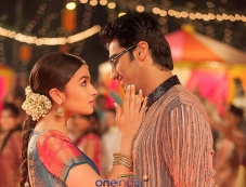 Arjun Kapoor and Alia Bhatt still from 2 States film song Iski Uski Photos