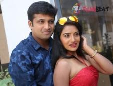 Katrina Kareeena Madhyalo Kamalhasan Photos