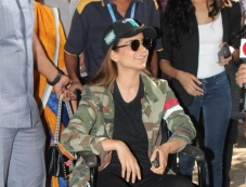 Kangana Ranaut Injured On Manikarnika Set , Spotted At Airport Photos
