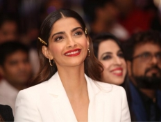 """Sonam Kapoor at launch of novel """"The Diary On The Fifth Floor"""