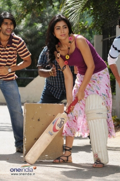 Shriya Saran Playing Cricket