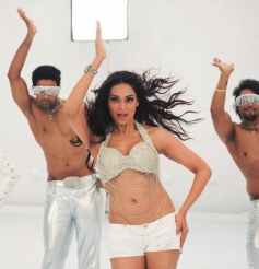 Bipasha sizzles in itsy-bitsy clothes