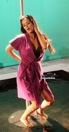 Poonam Pandey dances on the sets of Nasha