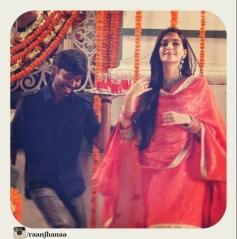 Dhanush & Sonam Kapoor Still From Raanjhnaa