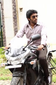 Vikram Prabhu still from Ivan Vera Mathiri