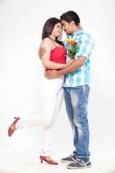 Preethi Das and Saran Sharma Romance in Uyirukku Uyiraga Movie