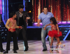 Salman Khan performs dance with contestant Sonali