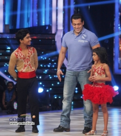 Salman Khan with JDJ 6 contestant Sumant and Sonali