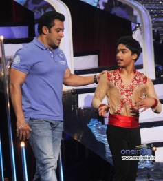 Salman Khan with Jhalak Dikhhla Jaa 6 contestant