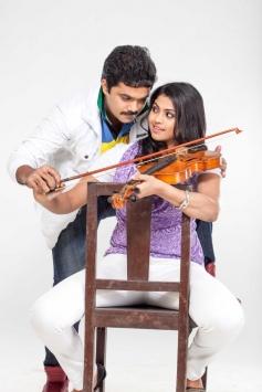 Sanjeev and Nandhana Playing Music in Uyirukku Uyiraga Movie