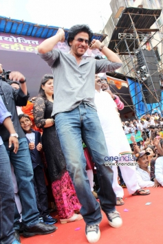 Shahrukh Khan dance at Ram Kadam's Dahi Handi Celebration