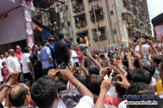 Shahrukh Khan meet his fans during Ram Kadam's Dahi Handi Celebration