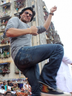 Shahrukh Khan performs during Ram Kadam's Dahi Handi Celebration