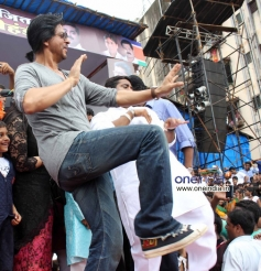 Shahrukh Khan shake a leg with Ram Kadam during Dahi Handi Celebration