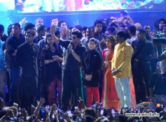 Shahrukh Khan surrounded by people crowd during Sachin Ahir's Dahi Handi Celebration