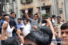 SRK meet his fans during Ram Kadam's Dahi Handi Celebration