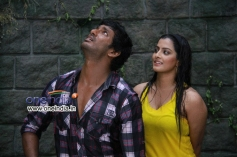 Vishal and Varalaxmi Sarathkumar in Tamil Movie Madha Gaja Raja