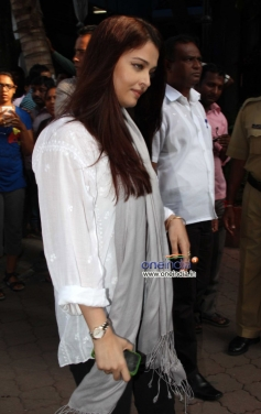 Aishwarya Rai Bachchan arrive at Madhuri Dixit father's prayer meet