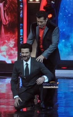Anil Kapoor tries to lift Salman Khan on the sets of Bigg Boss 7