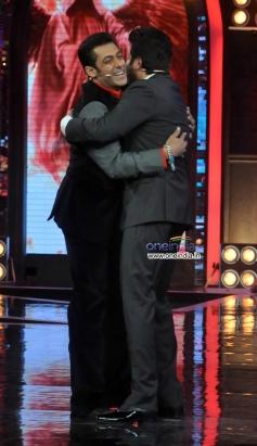 Anil Kapoor hugs Salman Khan on Bigg Boss 7 stage