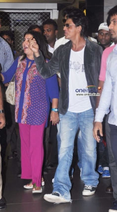 Farah Khan with Shahrukh Khan snapped at Mumbai airport