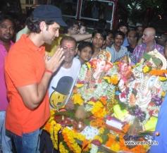 Hrithik Roshan prays to Lord Ganesha