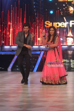 Hrithik Roshan shake a leg with Madhuri Dixit at on the sets of Jhalak Dikhhla Jaa 6 Super Finale