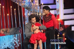Hrithik Roshan with JDJ 6 contestants Sonali and Sumant