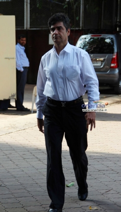 Indra Kumar arrive at Madhuri Dixit father's prayer meet
