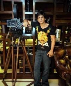 Shahrukh Khan posing to Camera in Mannat