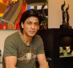 Shahrukh Khan Posing with Filmfare Awards