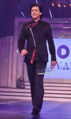 Shahrukh Khan walks the ramp to pay tribute to Late Yash Chopra on his birthday celebration