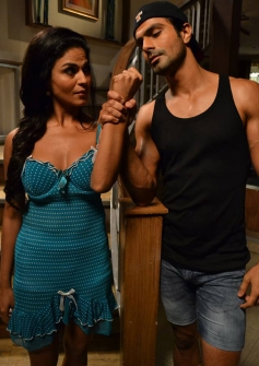 Veena Malik and Ashmit Patel romantic still from film Super Model