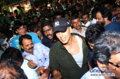 Akshay Kumar crowded with his fans at Gaiety Galaxy