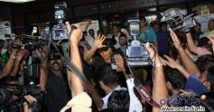 Akshay Kumar crowded with Media at Gaiety Galaxy