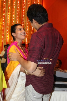 Kajol welcomes Ayan Mukerji at Juhu Durga pooja event 2013