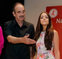 Ghulam Nabi Azad along with Miss Universe Olivia Culpo during the Voluntary Blood Donation Camp