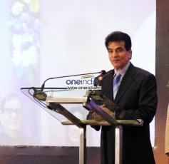 Jeetendra addressing media at the Yash Chopra Memorial Awards 2013