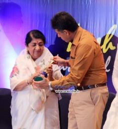 Lata Mangeshkar gets Yash Chopra memorial award 2013