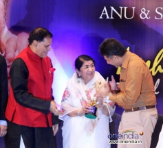 Lata Mangeshkar recieves Yash Chopra Memorial Awards 2013