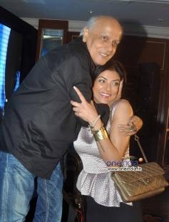 Mahesh Bhatt hugs Sushmita Sen at Mother Teresa Memorial Award 2013