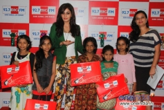 Pooja Chopra celebrates Diwali at 92.7 BIG FM along with kids from project crayons