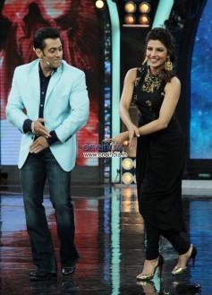 Salman Khan performs dance with Priyanka Chopra during Krrish 3 film proomotion