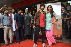 Shahid Kapoor and Sonakshi Sinha at the entrance of R... Rajkumar film Trailer launch