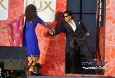 Shahrukh Khan enacts his train scene from film Chennai Express