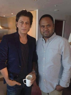 Shahrukh Khan pose with his fan during Temptation Reloaded 2013 rehearsels