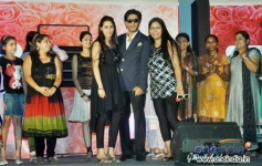 Shahrukh Khan poses with his fans at LUX Chennai Express Contest Event