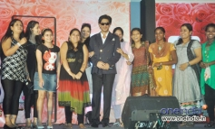 Shahrukh Khan with his fans at LUX Chennai Express Contest Event